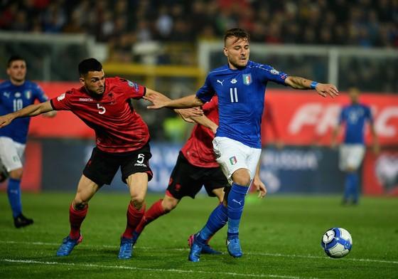 Thủ thành Buffon hy vọng Ciro Immobile (phải) sẽ ghi bàn vào lưới Albania. Ảnh: Getty Images.
