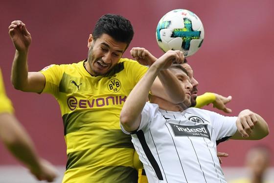 Nuri Sahin (trái, Dortmund) trong oha không chiến với Ante Rebic (Frankfurt). Ảnh: Getty Images.