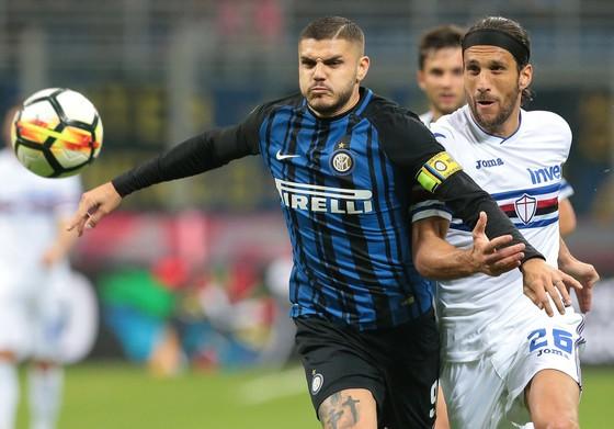Mauro Icardi (trái, Inter) đi bóng qua Matias Silvestre (Sampdoria). Ảnh: Getty Images.