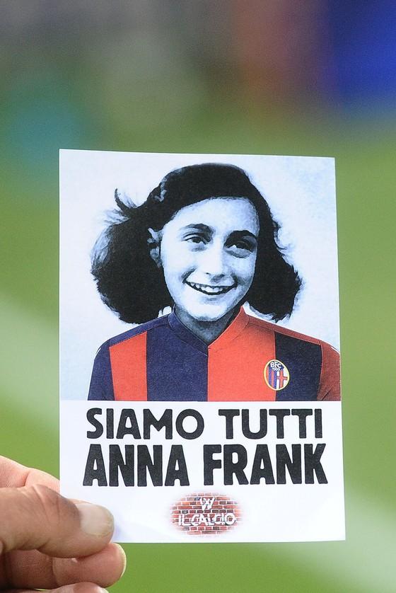 Sự kiện Serie A: Bài hát Phát xít sau phút tưởng niệm Anne Frank ảnh 1