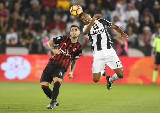 Fernandez Suso (trái, AC Milan) tranh bóng với Alex Sandro (Juventus). Ảnh: Getty Images.