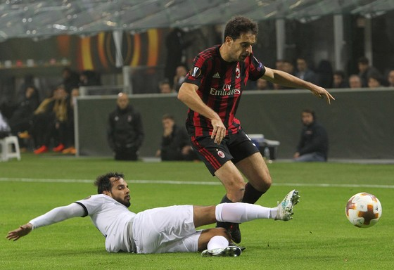 Rodrigo Galo (trái, AEK Athens) phạm lỗi với Giacomo Bonaventura (AC Milan). Ảnh: Getty Images.