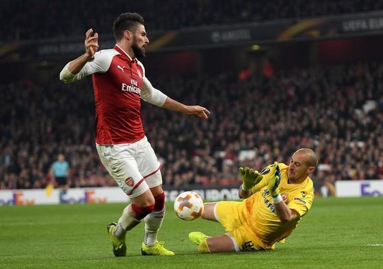 Milan Borjan (phải, Crvena Zvezda) cản phá pha đi bóng của Olivier Giroud (Arsenal). Ảnh: Getty Images.