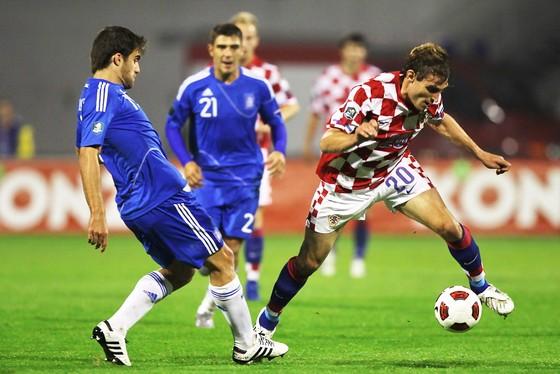 Nikica Jelavic (phải, Croatia) vượt qua Sokratis Papadopoulos (Hy Lạp). Ảnh: Getty Images.