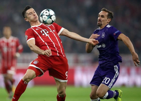 Robert Lewandowski (trái, bayern) kiểm soát bóng trước Sven Kums (Anderlecht). Ảnh: Getty Images.