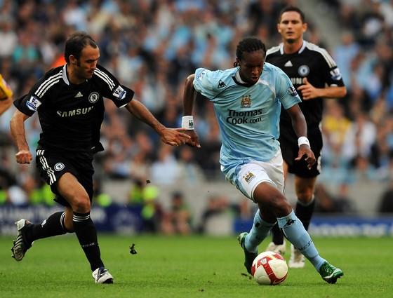 Robinho (phải, Manchester City) trong trận gặp Chelsea năm 2008. Ảnh: Getty Images.