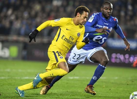 Neymar (trái, PSG) 9i bóng qua hậu vệ Strassbourg. Ảnh Getty Images.