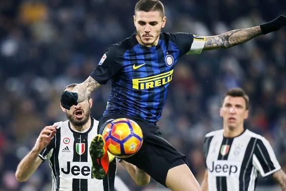 Mauro Icardi  đoạt bóng trước hàng thủ Juventus. Ảnh: Getty Images.