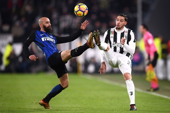 Borja Valero (trái, Inter) tranh bóng với Mattia De Sciglio (Juventus). Ảnh Getty Images.