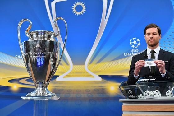 Cựu danh thủ Xabi Alonso với lá thăm Manchester United trên tay. Ảnh UEFA.com