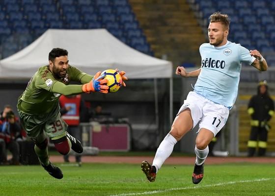 Thủ thành Salvatore Sirigu (trái, Torino) bắt  bóng trước Ciro Immobile (Lazio). Ảnh: Getty Images.