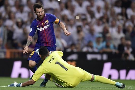 Lionel Messi (trái, Barcelona) sẽ không bỏ qua cơ hội ghi bàn khi đối mặt Keylor Navas (Real Madrid). Ảnh: Getty Images.