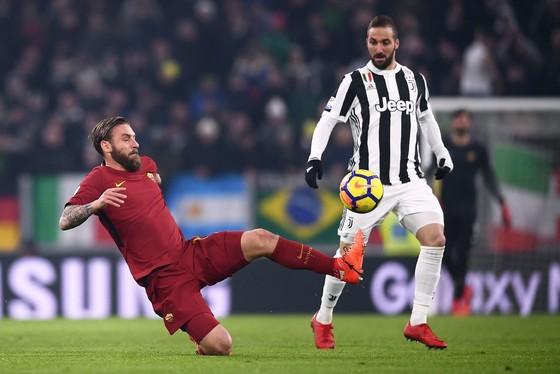 Gonzalo Higuain (phải, Juventus) tranh bóng với Daniele De Rossi (AS Roma). Ảnh: Getty Images.