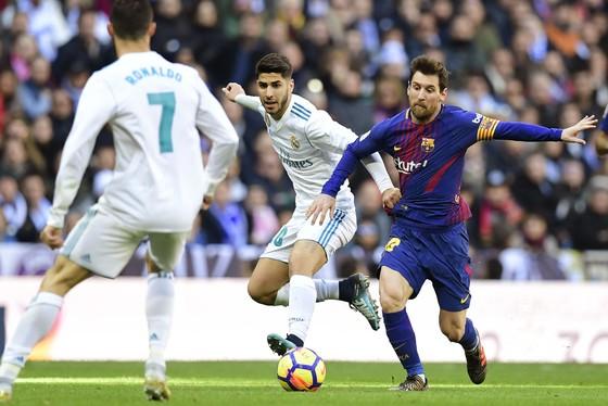 Leo Messi (trái, Barcelona) dẫn dắt trận đấu trong lối chơi tiki-taka qiuen thuộc. Ảnh: Getty Images.
