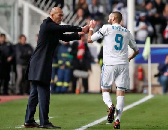 Zinedine Zidane (trái)  và cậu học trò Karim Benzema. Ảnh Getty Images.