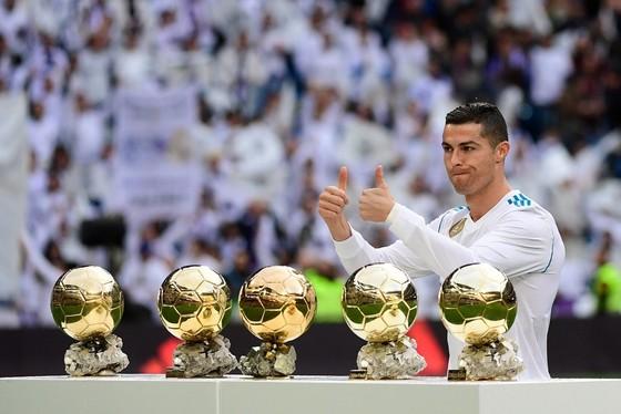 Ronaldo trình làng 5 Quả bóng vàng trên sân Bernabeu. Ảnh: Getty Images.