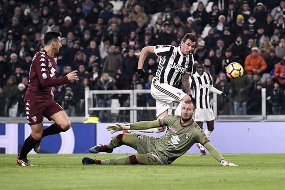 Mario Mandzukic (Juventus) ghi bàn trước sự bất lực của thủ thành Milinkovic-Savic (Torino). Ảnh: Getty Images.