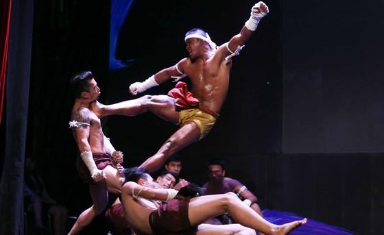 Buakaw Banchamek biểu diễn cùng các võ sĩ Thái Lan. Ảnh: DŨNG PHƯƠNG