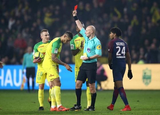 """Trọng tài Tony Chapron rút thẻ vàng thứ 2 đuổi """"nạn nhân"""" khỏi sân. Ảnh: Getty Images."""