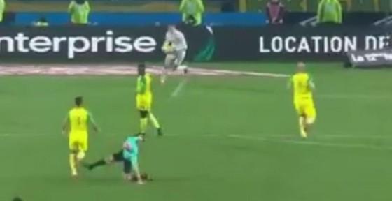 Sốc khi trọng tài đá cầu thủ rồi rút thẻ đuổi khỏi sân ảnh 1