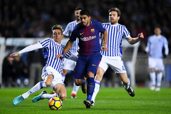 Luis Suarez (Barcelona) tỏa sáng trong trận thắng ngược Real Sociedad. Ảnh: Getty Images.