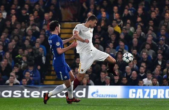 Edin Dzeko (phải, Roma) ghi bàn vào lưới Chelsea. Ảnh: Getty Images.