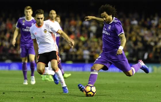 Hậu vệ Marcelo (phải, Real Madrid) sút bóng trước Munir El Haddadi (Valencia). Ảnh: Getty Images.