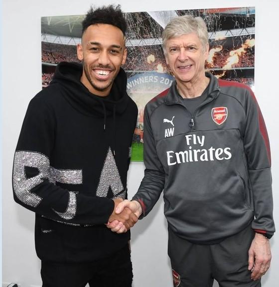 Arsenal mua Aubameyang với giá kỷ lục 56 triệu bảng ảnh 1