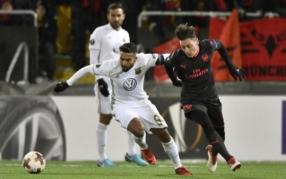 Mesut Oezil (phải, Arsenal) ghi bàn thứ 3 vào lưới Ostersunds. Ảnh: Getty Images.