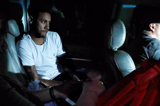 Neymar đến bệnh viện Mater Dei sáng hôm qua.