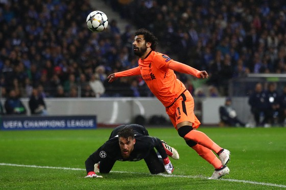 Mohamed Salah đánh đầu ghi bàn trước thủ thành Porto Jose Sa. Ành Getty Images.