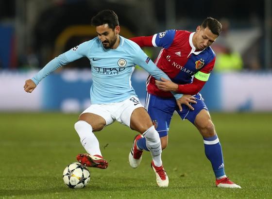 Ilkay Gundogan (trái, Manchester City) đi bóng qua hậu vệ Basel.