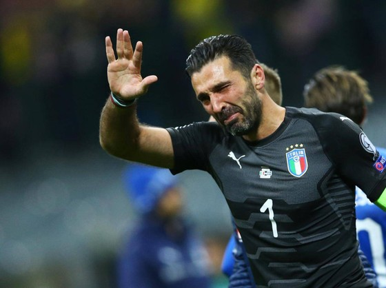 Gigi Buffon và nỗi thất vọng thua Thụy Điển ở trận tranh play-off. Ảnh: Getty Images.