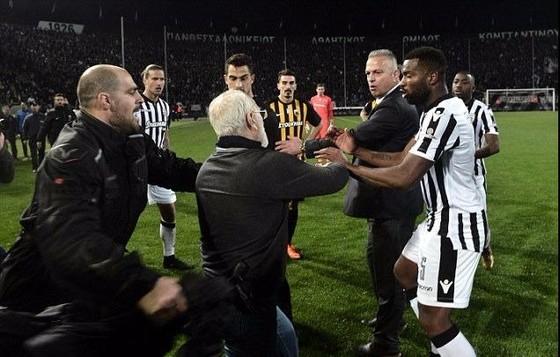 Choáng khi ông bầu PAOK xách súng xuống sân, giải Hy Lạp đình hoãn vô thời hạn ảnh 2