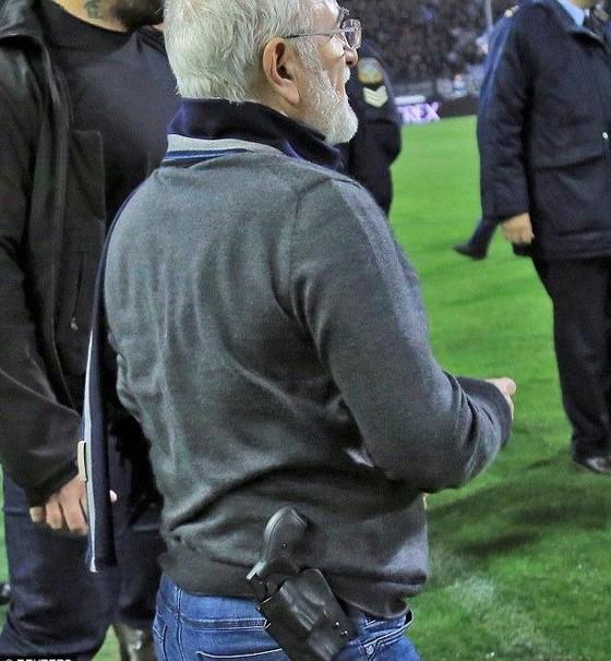 Choáng khi ông bầu PAOK xách súng xuống sân, giải Hy Lạp đình hoãn vô thời hạn ảnh 1