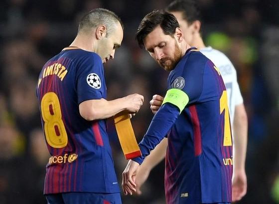 Iniesta trao băng thủ quân lại cho Messi trong trận thắng Chelsea.