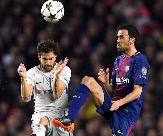 Sergio Busquets (phải, Barcelona) tranh bóng với Cecs Fabregas (Chelsea).