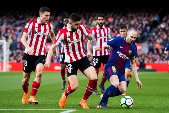 Andres Iniesta trong vòng vây các hậu vệ Bilbao.