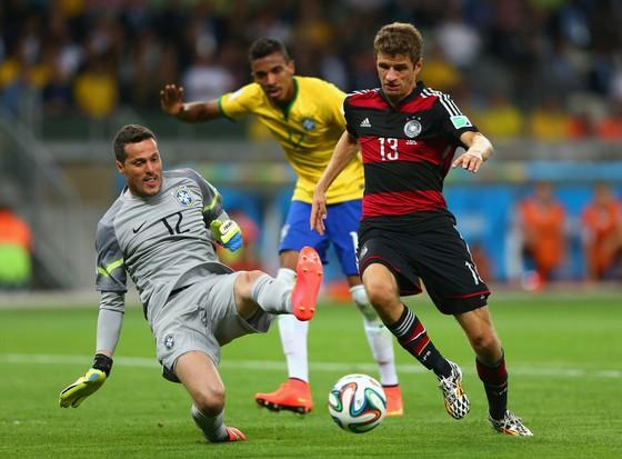 Thomas Mueller (phải, Đức) ghi bàn vào lưới Brazil ở World Cup 2014.