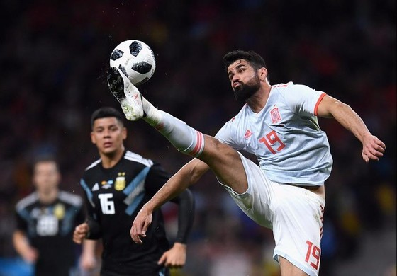Diego Costa (Tây Ban Nha) kiểm soát bóng trước khung thành Argentina.