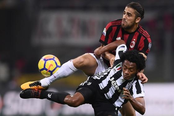 Hậu vệ Ricardo Rodriguez (AC MIlan) tranh bóng với Juan Cuadrado (Juventus).