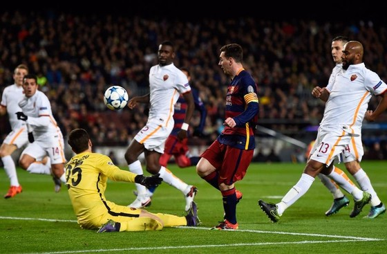 Leo Messi xuyên phá phòng tuyến Roma năm 2015