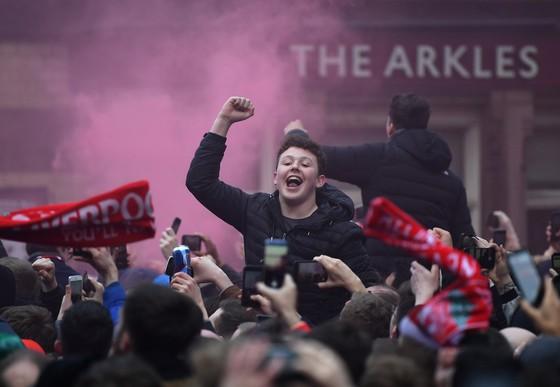 Hòa pháo mù trời và niềm vui của fan Liverpool khi tiếp đón Manchester City