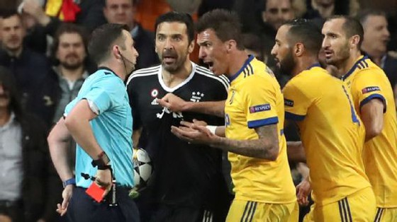 Trọng tài Michael Oliver rút thẻ đỏ truết quyền thi đấu Gigi Buffon.