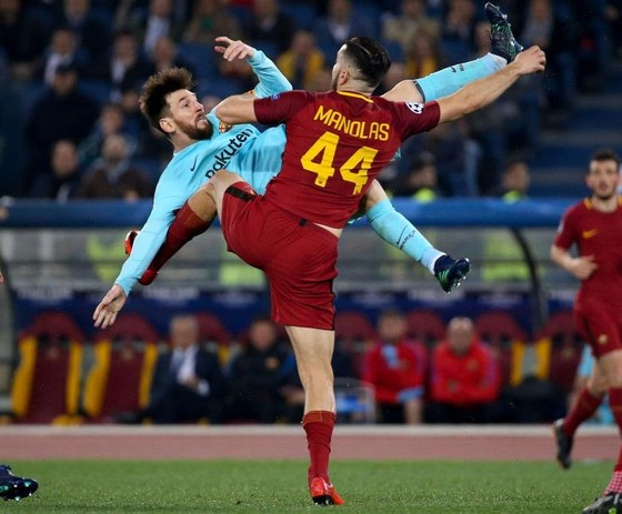 Kostas Manolas (AS Roma) kèm chặt Leo Messi trong trận tứ kết lượt về.