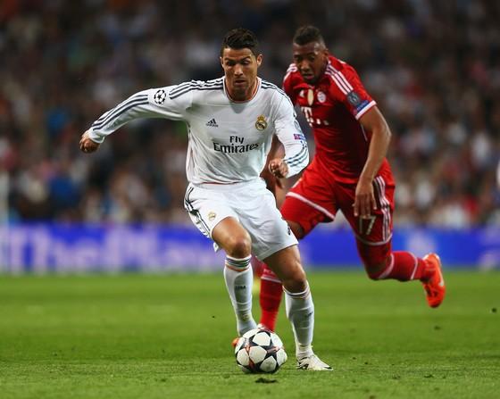 Jerome Boateng (Bayern Munich, phảoi) bám sát Roandlo (Real Madrid)