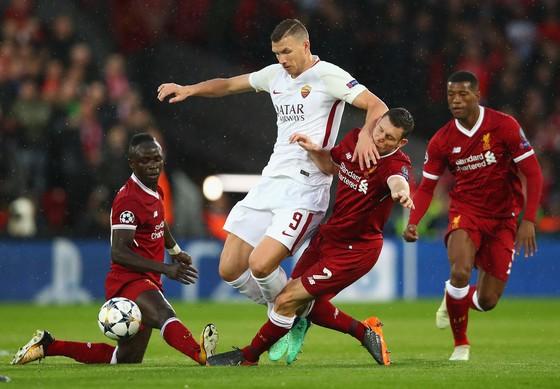 Edin Dzeko (giữa, Roma) là mối đe dọa cho hàmng thủ Liverpool trong trận lượt về