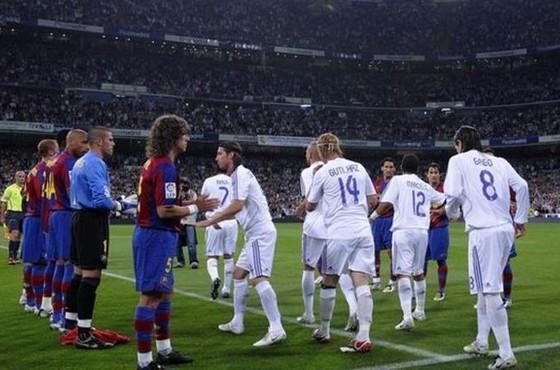Barca đã xếp hàng chào đón nhà vô địch Real Madrid năm 2008.