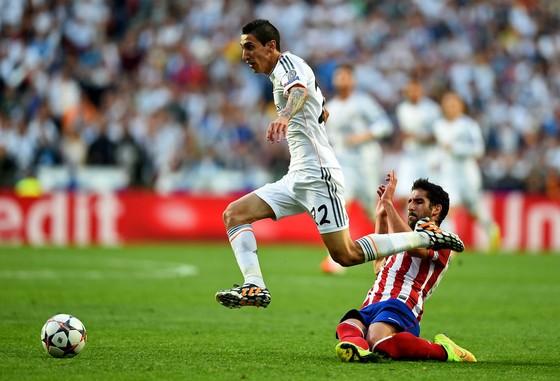 Angel Di Maria (trái) đột phá qua hậu vệ Atletico Madrid trong trận chung kết Champions Lerague 2014. Ảnh: Getty Images.