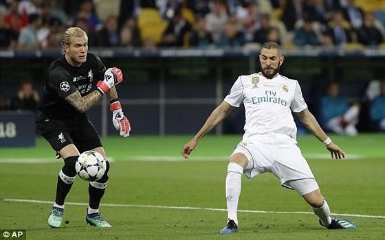 Loris Karius vụng về ném bóng vào chân Karim Benzema.